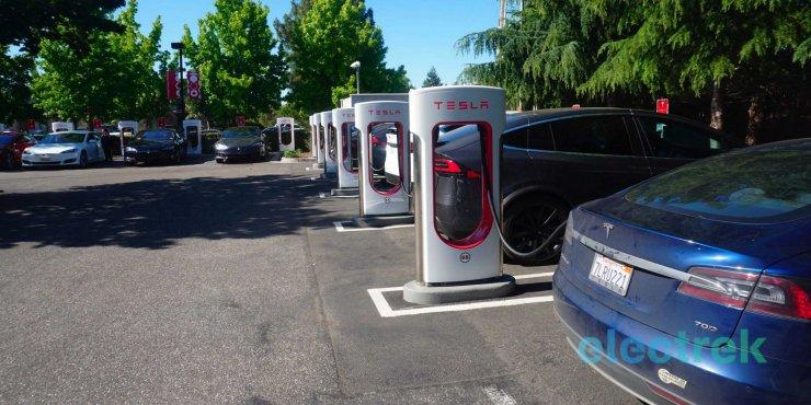 Tesla limite à 80% la recharge de ses superchargeurs