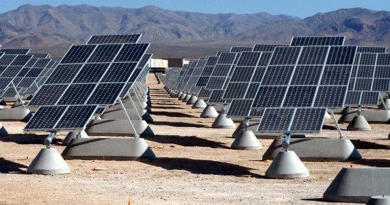 Panneaux solaires en Californie à la base aérienne Nellis