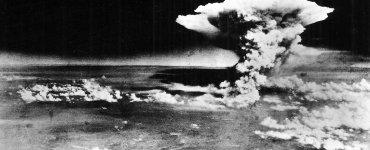 Nuage atomique au-dessus Hiroshima (from_Matsuyama) Wikimedia Commons